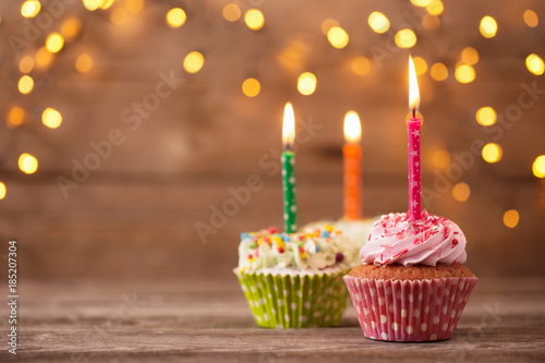 Fotografía cupcakes on dark old wooden background