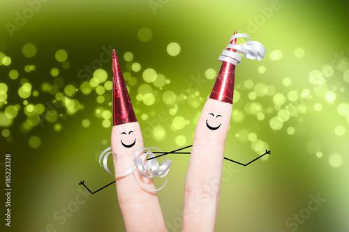 Fotografía  Zwei Finger mit roten Hüten auf einer Party grüner Hintergrund Bokeh