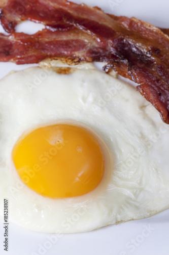 Poster Gebakken Eieren Spiegelei mit Speck auf einem Teller