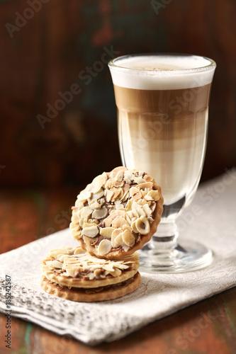 migdalowe-ciasteczka-z-latte-macchiato-w-szklance