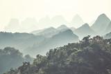 Retro stonowany krasowy górzysty krajobraz wokół Guilin w mglisty dzień. Jest to jedno z najlepszych miejsc turystycznych w Chinach. - 185243161