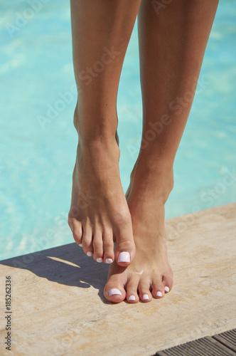 Obraz na plátně  Kobiece nogi na basenie