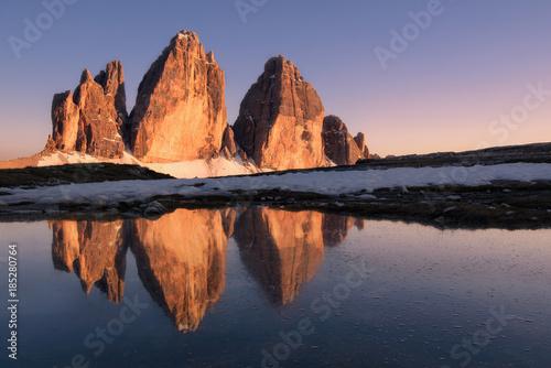 Le Tre cime di Lavaredo si rifletto al tramonto in un laghetto Wallpaper Mural