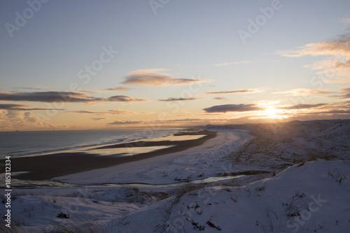 Poster de jardin Desert de sable Scenic view of Sunset over Snowy Beach
