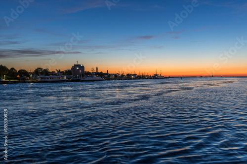 Spoed Foto op Canvas Zee zonsondergang Sonnenuntergang am Hafen von Warnemünde an der Ostsee