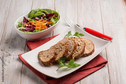 Photo  homemade meatloaf with mixed salad