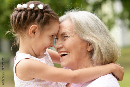 Fotografia  granny and granddaughter posing outdoors
