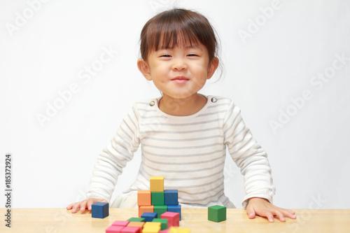 Fotografia  積み木で遊ぶ幼児(3歳児)