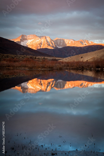 Photo Stands Night blue December sunrise reflection in the Wasatch Mountains, Utah, USA.