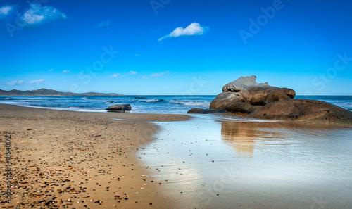 Photo  Strand der Costa Rei auf Sardinien mit Felsen und schönen Himmel