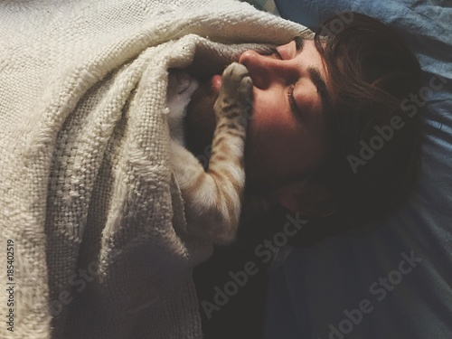 Photo ragazzo e gattino dormono