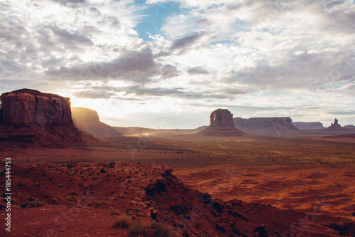 Spoed Foto op Canvas Bordeaux Monument Valley Atardecer
