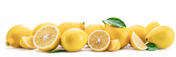 Partia cytryn owoc z cytryna liśćmi odizolowywającymi. Zdjęcie poziome.