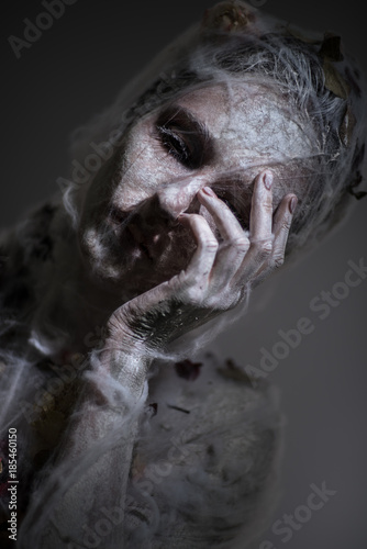 Fotomural Portrait of sad woman in white veil with web posing at camera