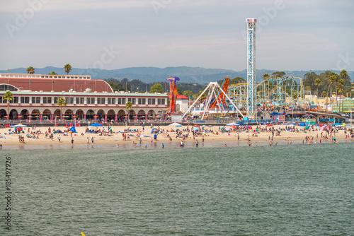 Zdjęcie XXL SANTA CRUZ CA, SIERPIEŃ, - 4, 2017: Miasto deptak na letnim dniu. Santa Cruz jest znaną atrakcją turystyczną w Kalifornii
