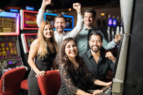 Foto op Aluminium Las Vegas Friends playing slots in a casino