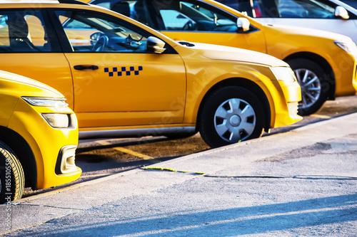 Cuadros en Lienzo taxi in the parking lot