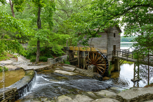 Plakat Old Mill - szeroki kąt widzenia letnie Grist Mill w Stone Mountain State Park, Atlanta, Georgia, USA.