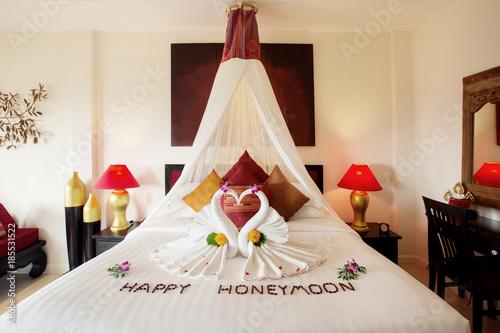 Fotografia  Luksusowe wnętrze sypialni hotel z dekoracją miesiąc miodowy