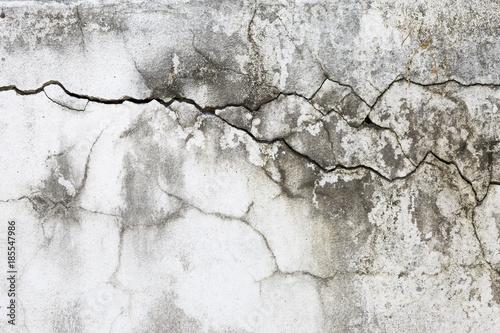 streszczenie-uszkodzone-sciany-betonowe-pekniecia-tekstury-na-stary-tlo-biale-sciany-cementu