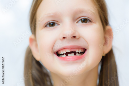 Photo  funny toothless girl laughing with his mouth open