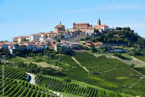 Photo La Morra town with vineyards in Piedmont, Langhe hills in Italy, blue sky