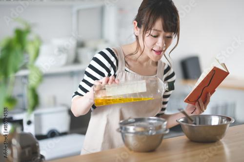 In de dag Bakkerij 料理する女性・キッチン