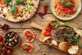 composizione su tavolo rustico di cibo tradizionale Italiano - 185604518