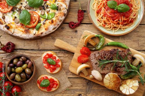 Foto  composizione su tavolo rustico di cibo tradizionale Italiano