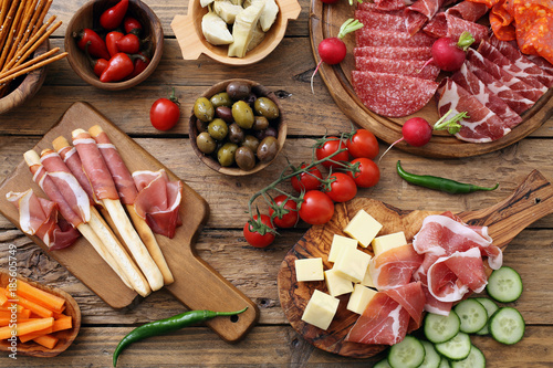Photo Antipasto Italiano su tavolo rustico