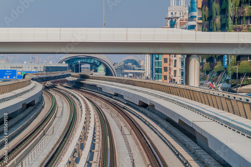 Photo  DUBAI, UAE - OCTOBER 21, 2016: Tracks of an elevated stretch of Dubai metro, Uni