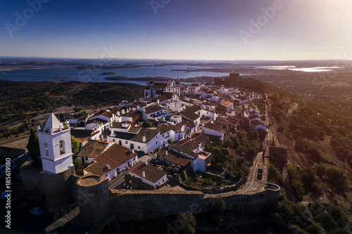 Photo Aerial view of the historic village of Monsaraz in Alentejo with the Alqueva dam