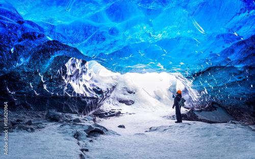 Cuadros en Lienzo Traveler in ice cave