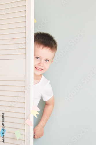 Fotografija  happy kid behind door