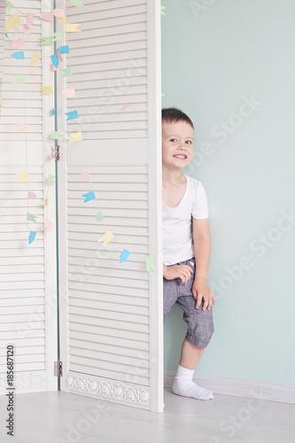 Vászonkép happy kid behind door