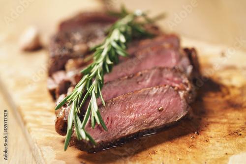 Fotografia sliced rib eye steak on wood board