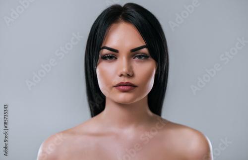 Küchenrückwand aus Glas mit Foto womenART Beautiful woman on grey background