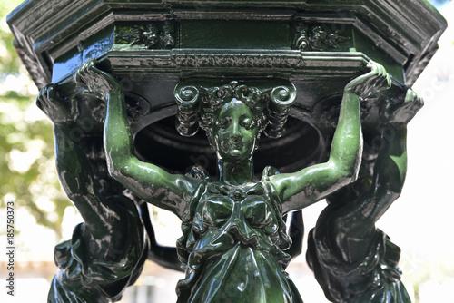 Poster Fontaine Cariatides de fontaine à Paris, France