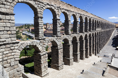 Photo Side view of the aqueduct of Segovia