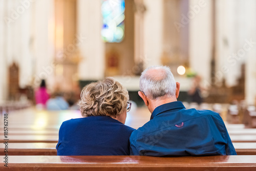 Back view of an elderly couple in the church, Madrid, Spain Fototapete
