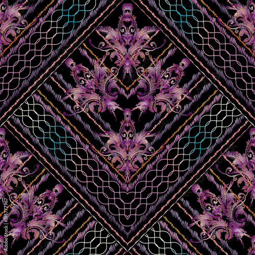 pasiasty-hafty-kwiatowy-wektor-wzor-tapeta-z-adamaszku-w-tle-z-grunge-haftowanymi-fioletowymi-barokowymi-kwiatami-liscmi-paskami-falami-zygzakiem-rombem-i-ornamentami-geometrycznymi