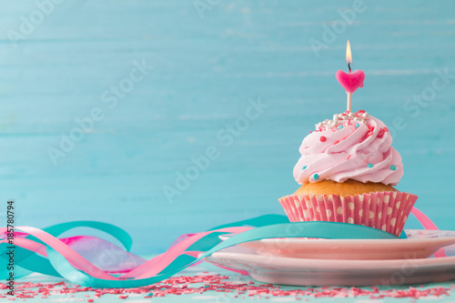 Photo  pink cupcake on blue wooden background