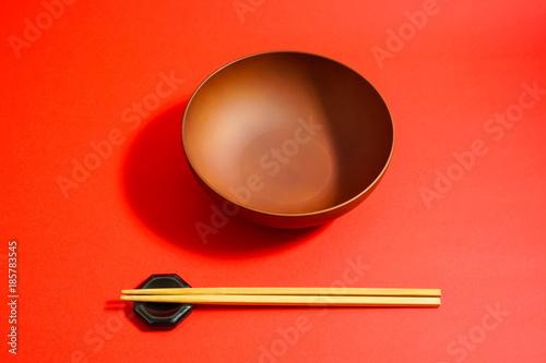 Fotografie, Obraz  中身のない茶色の容器と箸 右利きの配置