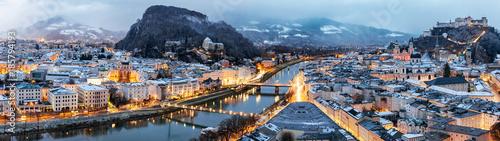 Fototapeta premium Panorama Salzburga w austriackich Alpach w zimowy poranek