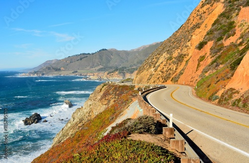 Láminas  Highway 1 running along Pacific coast in California.