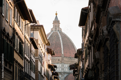 Poster Smal steegje santa maria fiore dome view from a street of florence