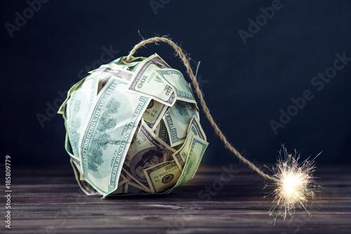 Fotografía  Bomb of money hundred dollar bills with a burning wick