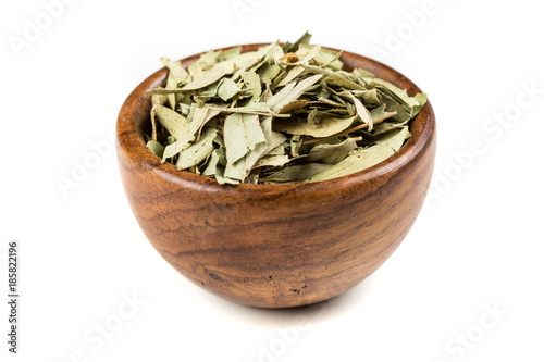 Carta da parati  Pile of senna leaves isolated on a white background