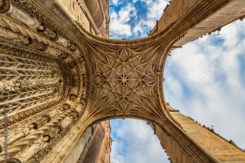 Photo Closeup view of a medieval cathedral's entrance from ground up