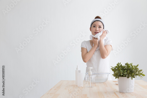 洗顔・女性 Canvas-taulu